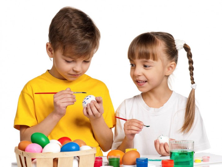 Βάφουμε πασχαλινά αυγά: 5+1 οφέλη για τα παιδιά